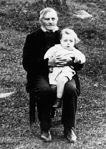 Min farfarsfar Lars Persson med sonsonen Lars Malting, f. Olsson. (ca 1910)
